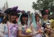 Des centaines de touristes faisaient la queue, sous la pluie, pour l'ouverture de Disneyland Shanghai